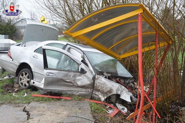 68 183685 26 - latka wjechała skodą w drzewo, kierowca mercedesa zakończył jazdę na wiacie przystankowej