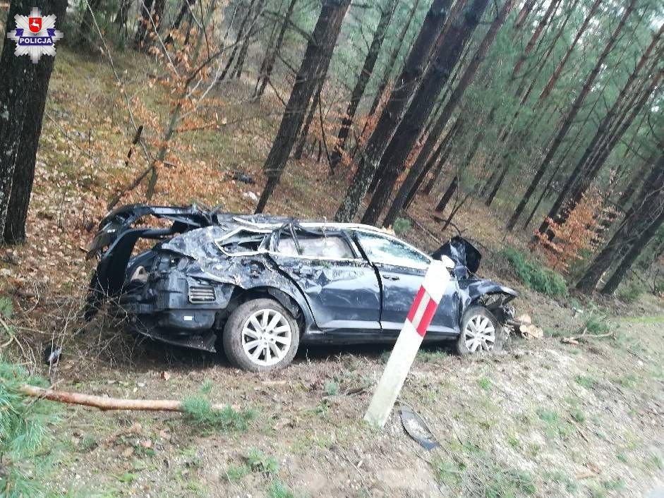 68 183687 26 - latka wjechała skodą w drzewo, kierowca mercedesa zakończył jazdę na wiacie przystankowej