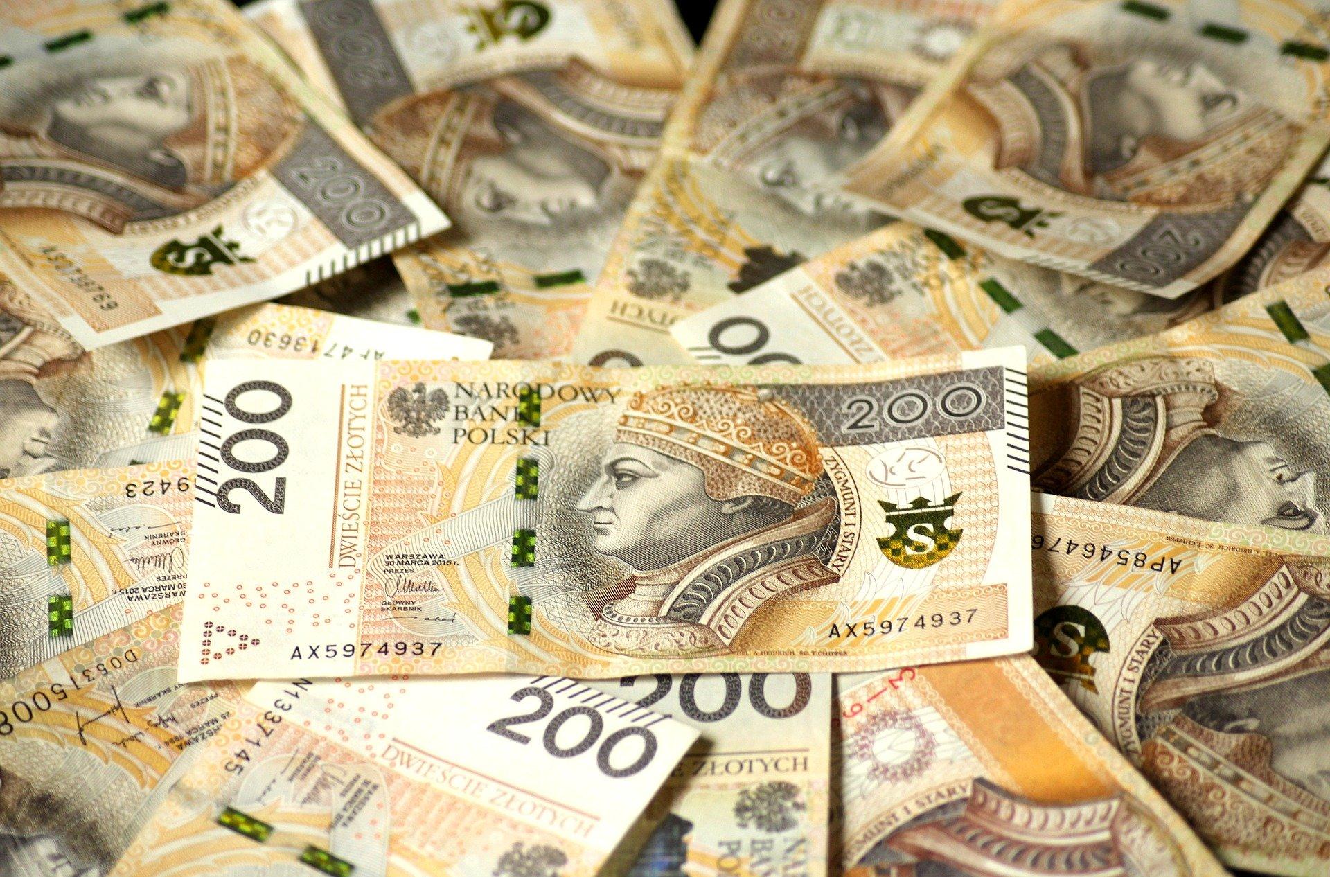 euro banknotes 4122079 1920 Miliony na inwestycje w powiecie zamojskim. Co dzięki nim powstanie?
