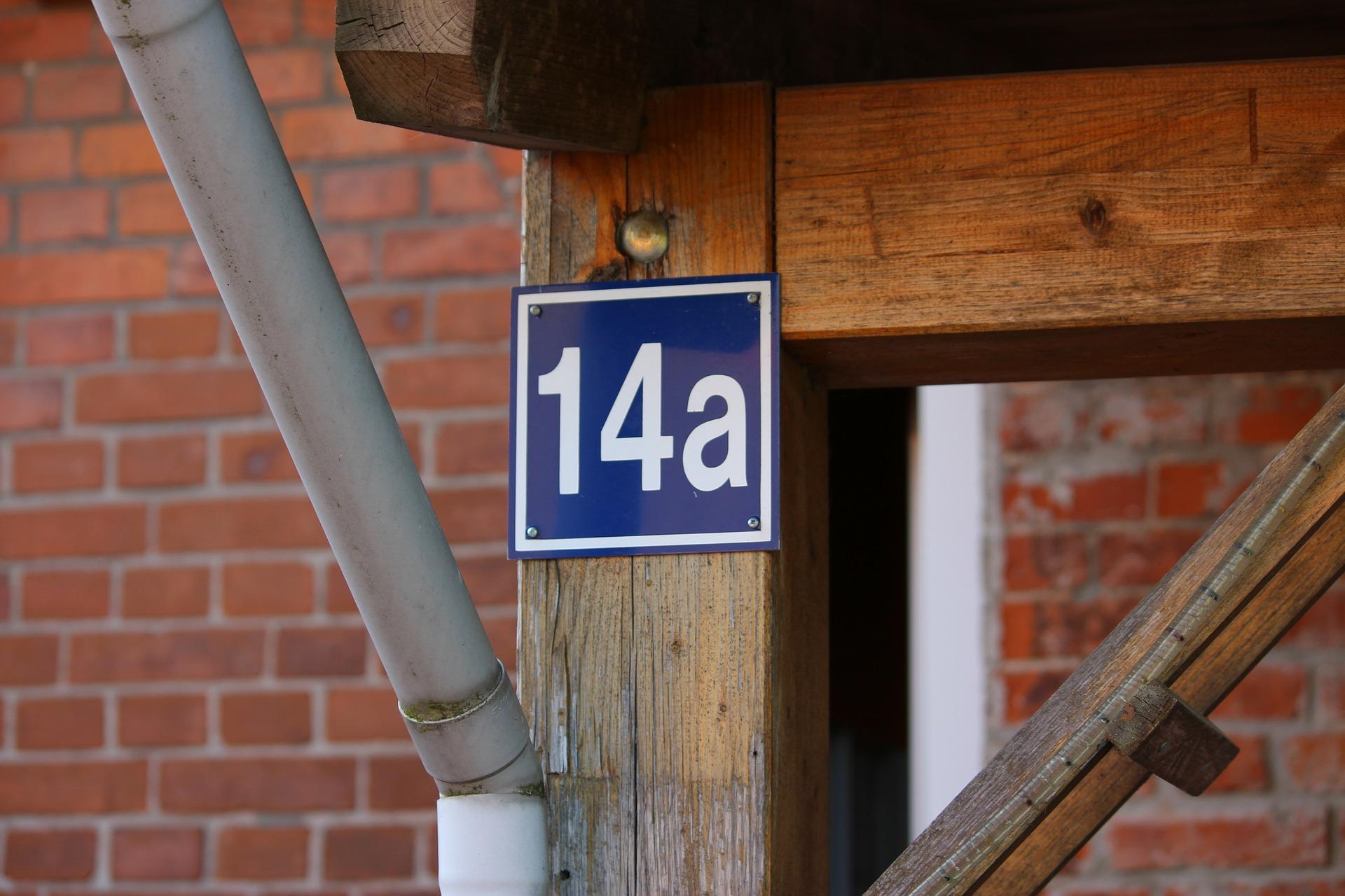 house number 349659 1920 ZAMOŚĆ: Dzielnicowi sprawdzają, czy posesje mają tabliczki z numerami