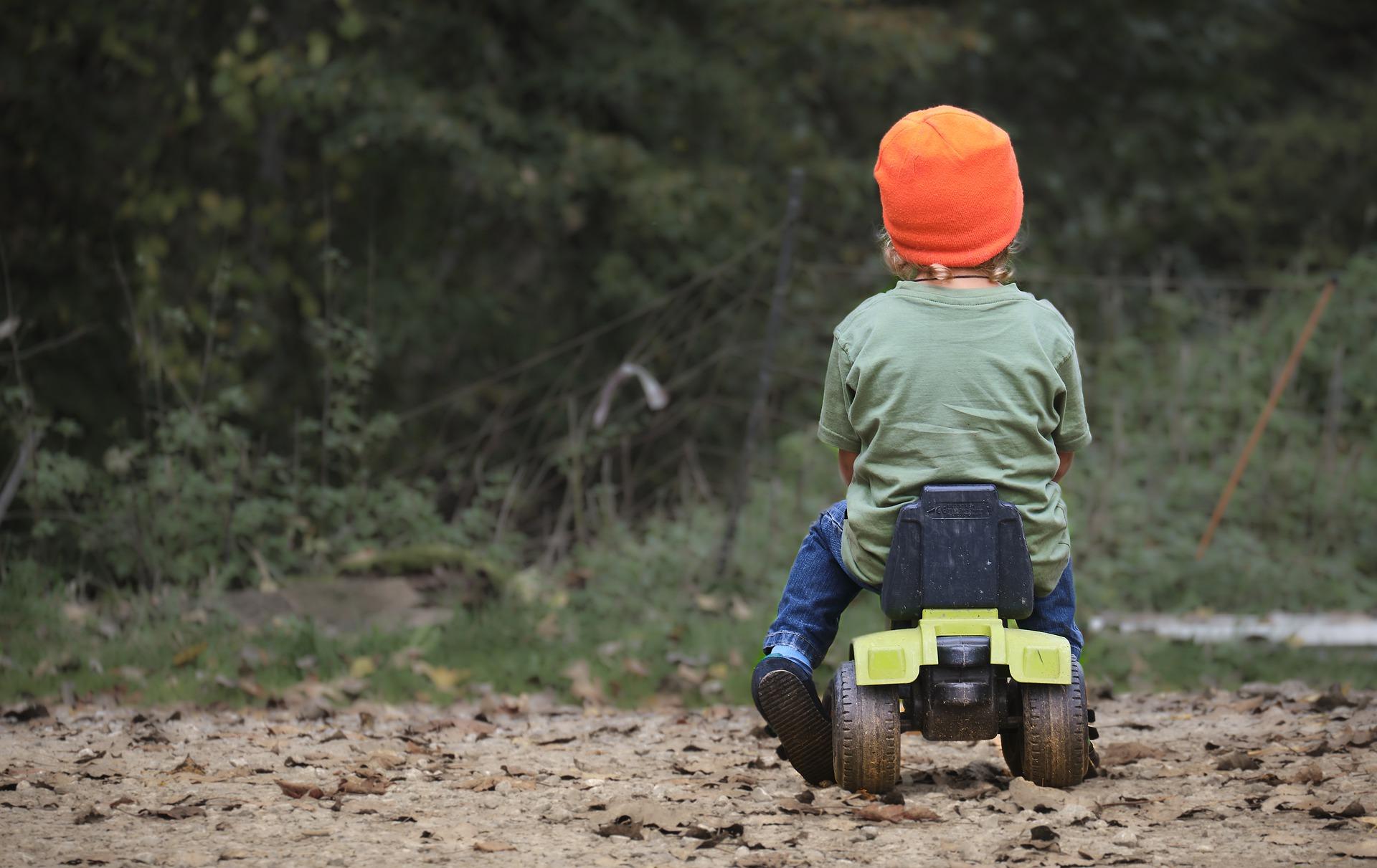 tractor 4632065 1920 2 - letnie dziecko wyjechało z podwórka na jezdnię wprost pod jadący samochód
