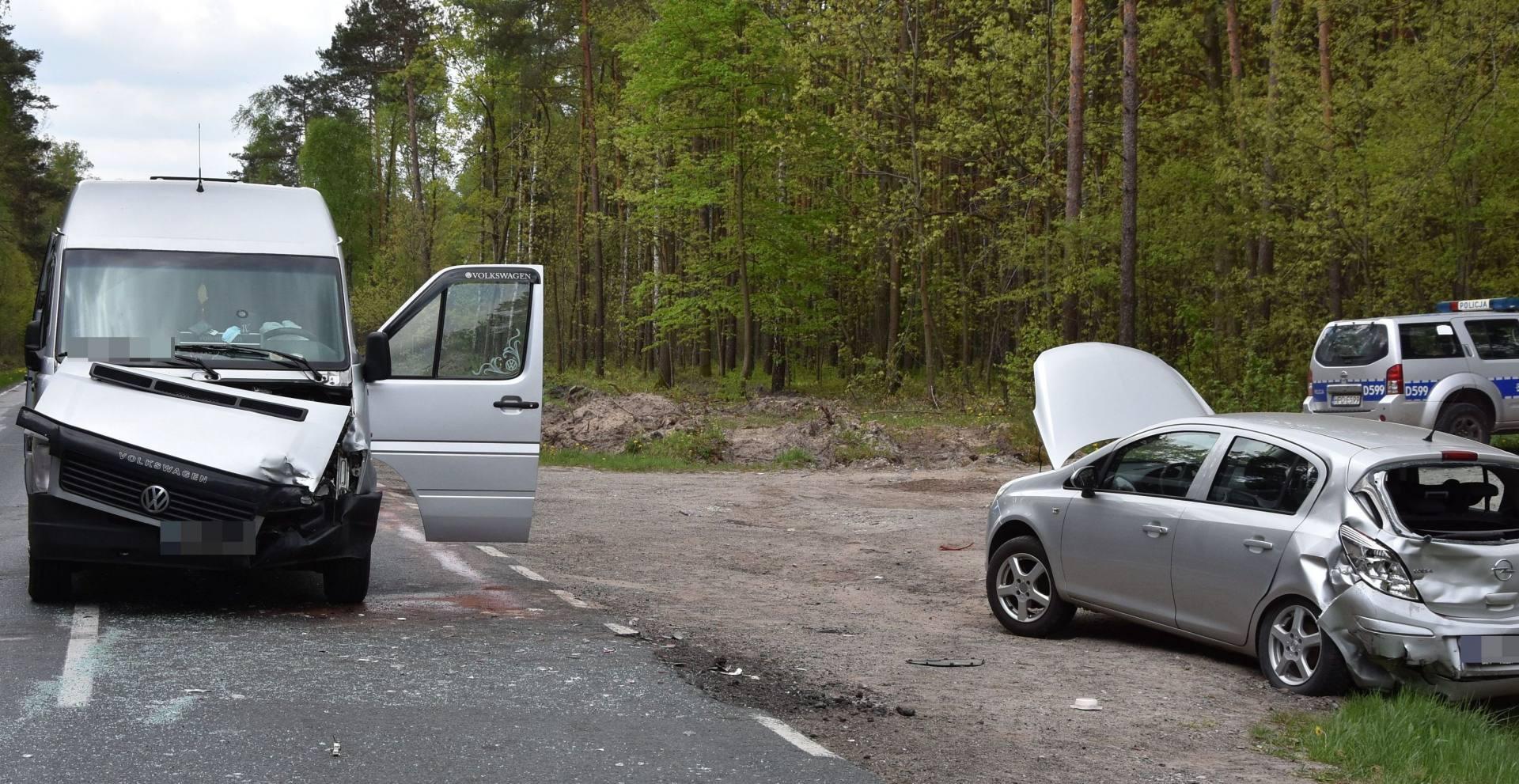 344 184835 Zderzenie busa z osobówką. Dwie osoby w szpitalu.