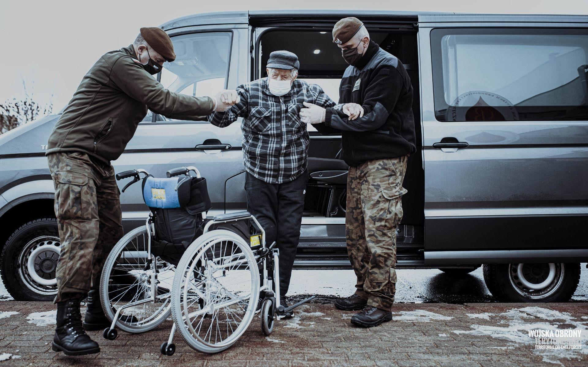 wsparcie seniorow i wprocesie szczepien 14 Terytorialsi pomagają seniorom zaszczepić się