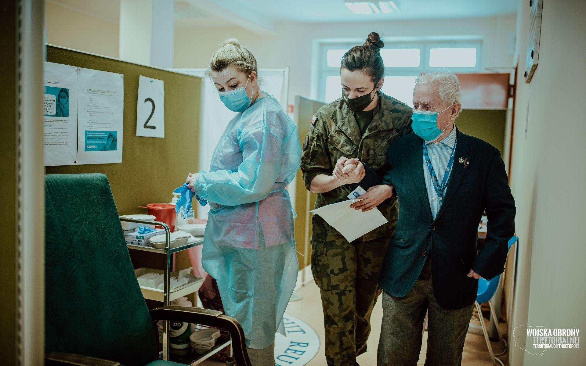 wsparcie seniorow i wprocesie szczepien 20 Terytorialsi pomagają seniorom zaszczepić się