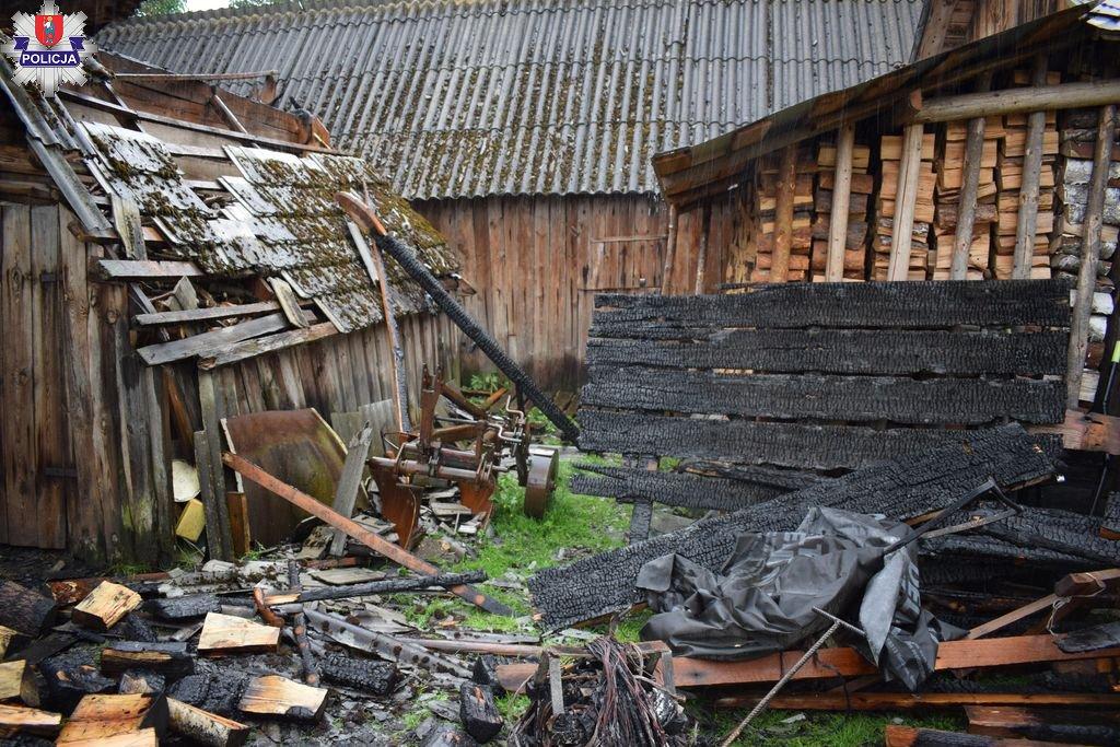 361 185953 Nocny pożar budynku gospodarczego. Ogień wyrządził spore starty.
