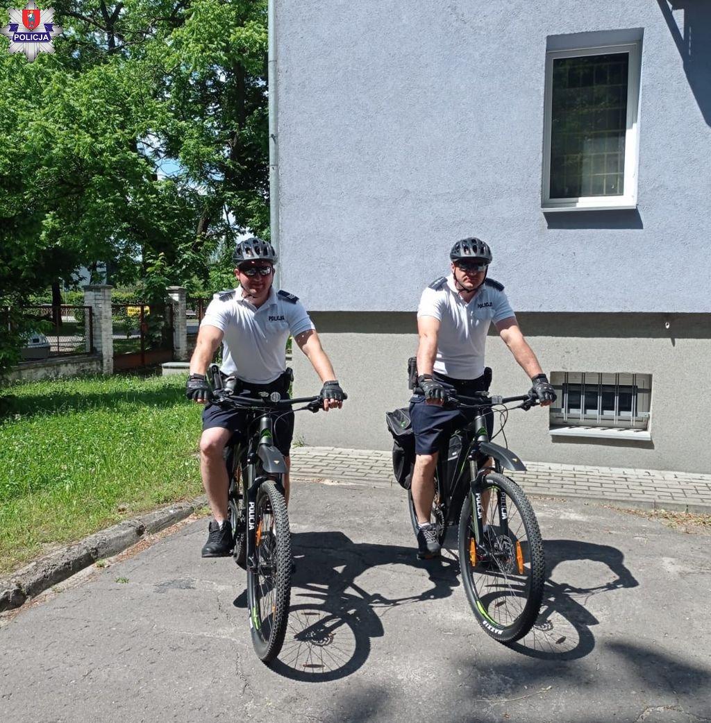 361 186371 Policjanci przesiedli się na rowery.