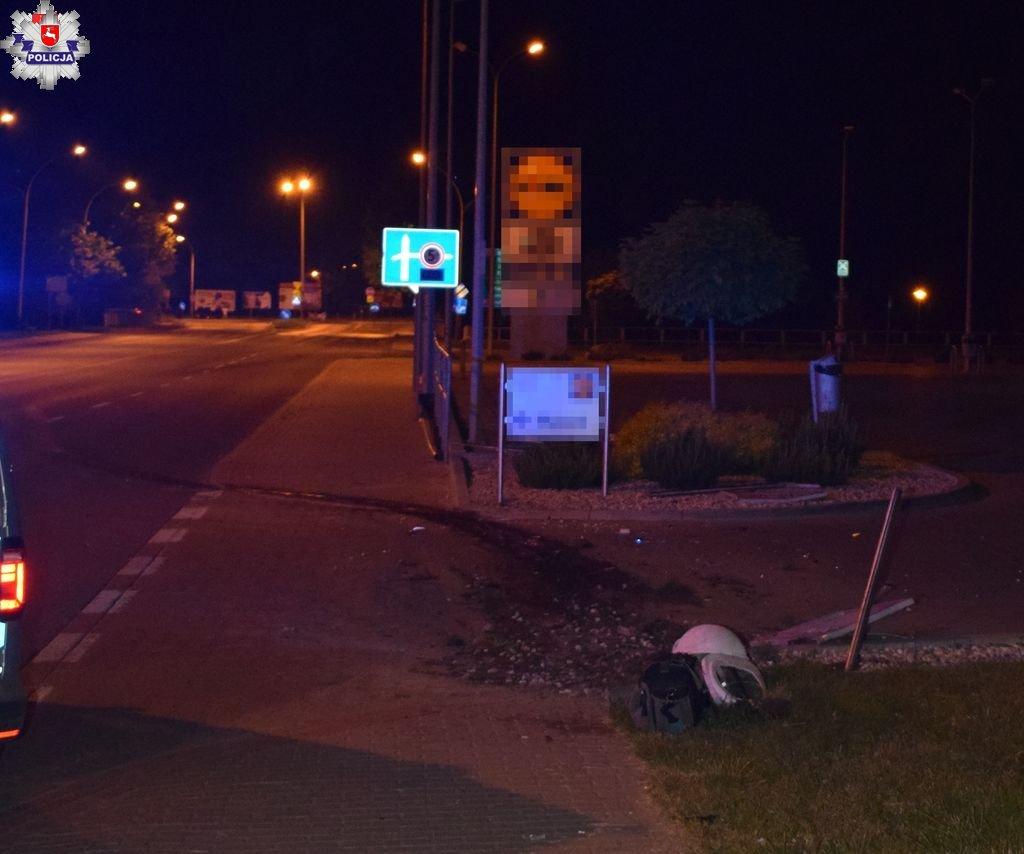 68 185679 ZAMOŚĆ: Świeżo upieczony kierowca staranował latarnię i baner