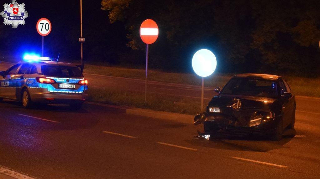 68 185680 ZAMOŚĆ: Świeżo upieczony kierowca staranował latarnię i baner
