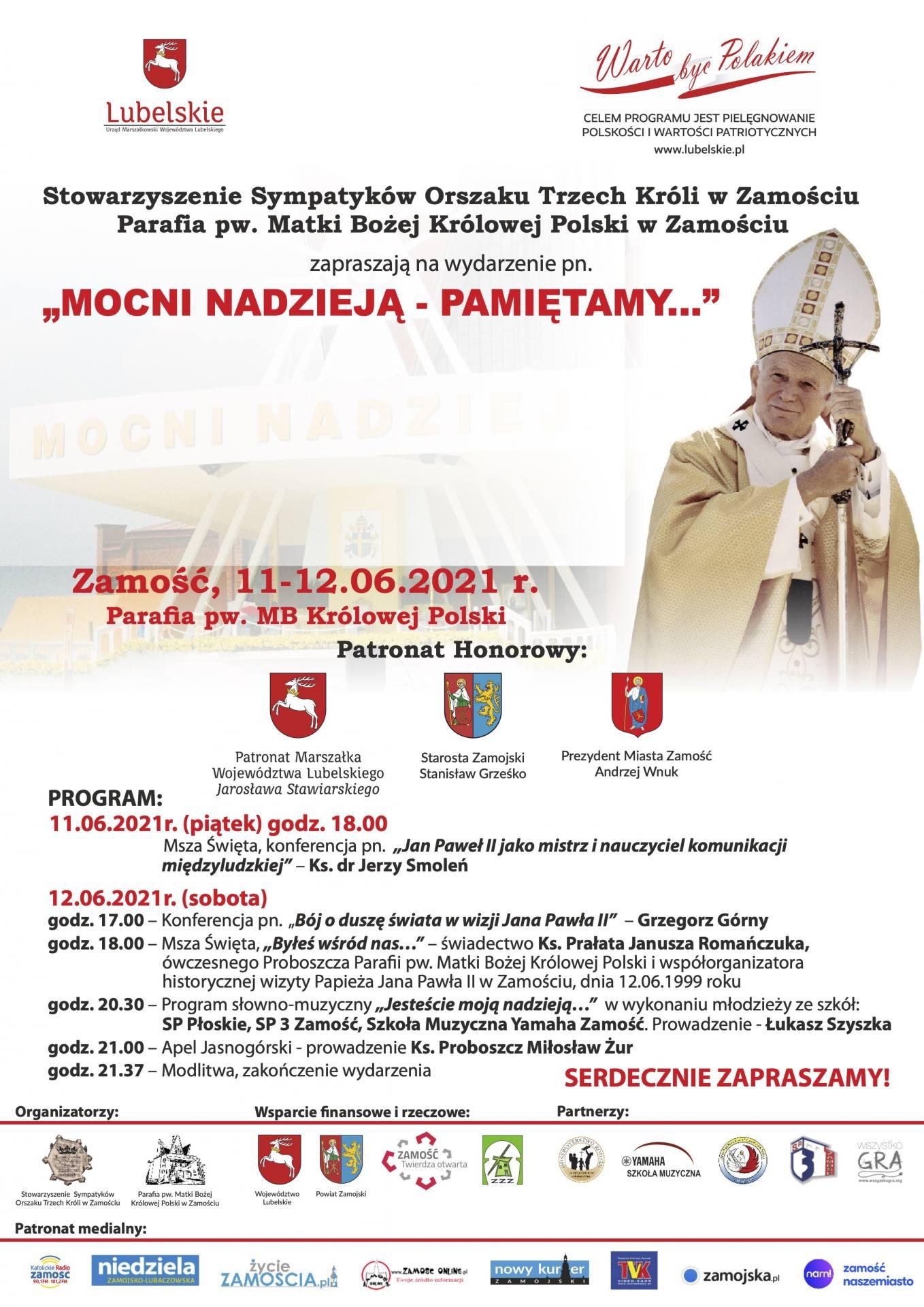 """warto byc polakiem 2021 plakat """"MOCNI NADZIEJĄ – PAMIĘTAMY…"""". Wydarzenie z okazji 22. rocznicy pobytu Papieża Jana Pawła II w Zamościu."""