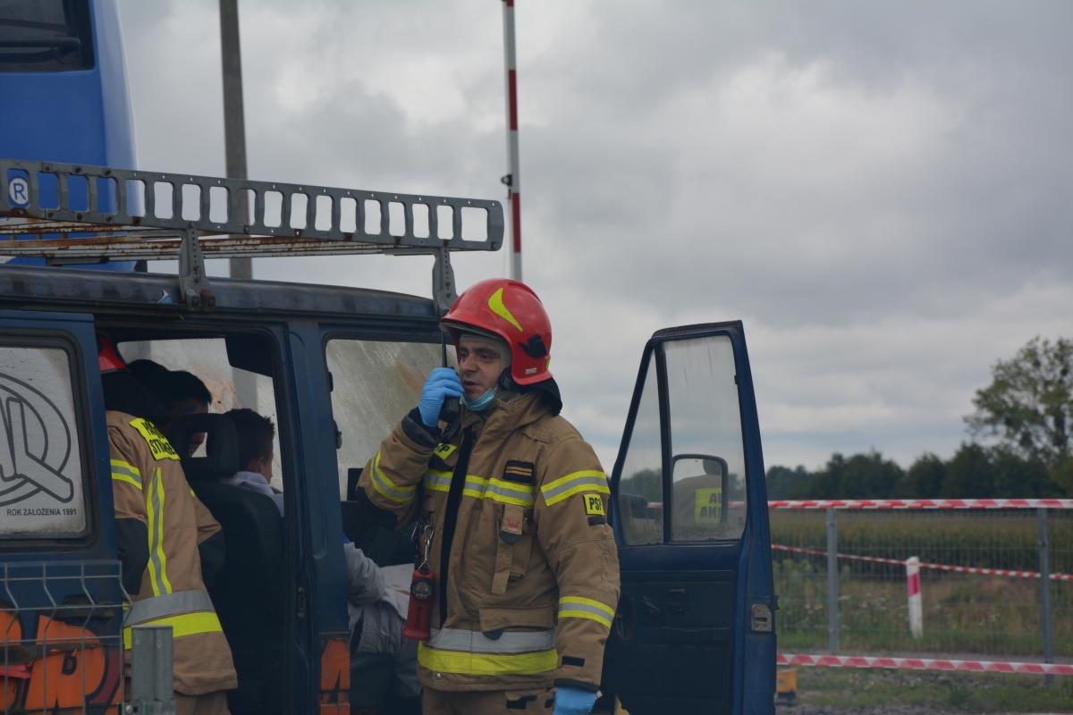 dsc 0029 Pociąg przewożący cysternę z benzenem zderzył się z busem pasażerskim. Akcja Straży Pożarnej