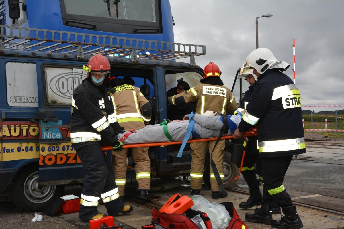 dsc 0047 Pociąg przewożący cysternę z benzenem zderzył się z busem pasażerskim. Akcja Straży Pożarnej