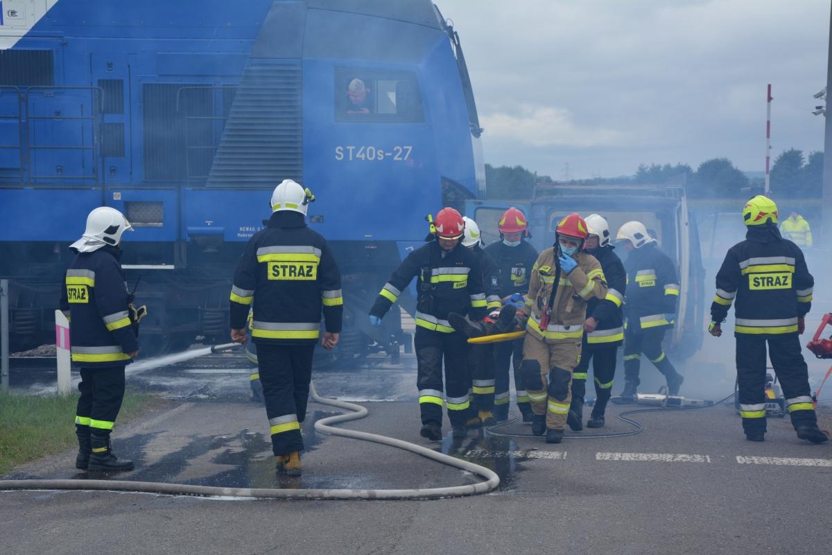 dsc 0067 Pociąg przewożący cysternę z benzenem zderzył się z busem pasażerskim. Akcja Straży Pożarnej