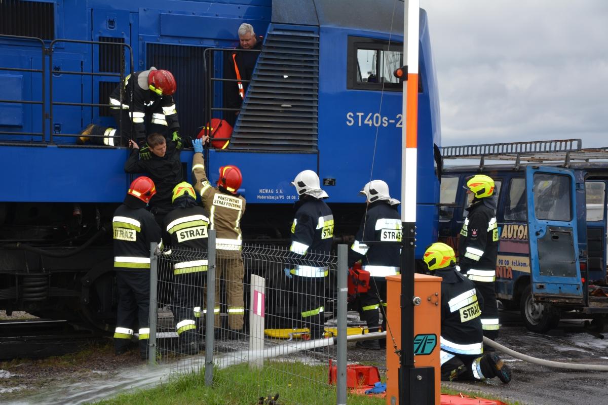 dsc 0087 Pociąg przewożący cysternę z benzenem zderzył się z busem pasażerskim. Akcja Straży Pożarnej