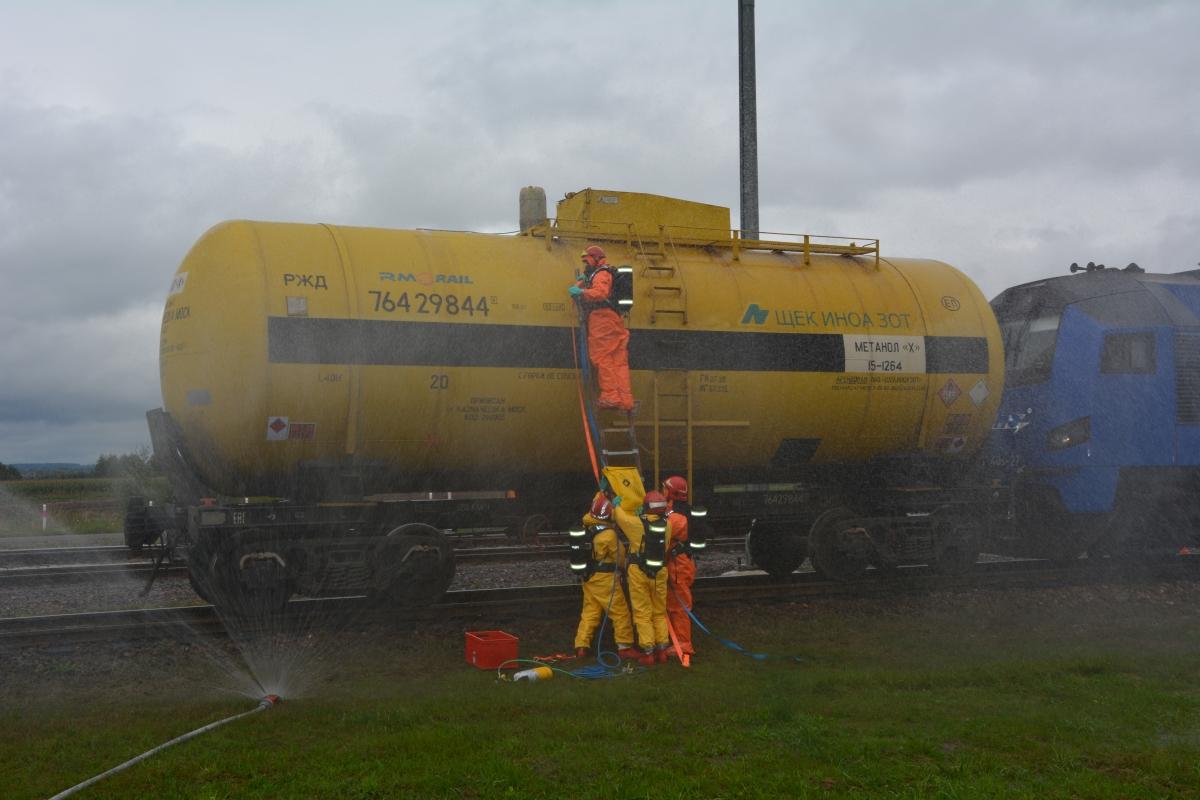 dsc 0108 Pociąg przewożący cysternę z benzenem zderzył się z busem pasażerskim. Akcja Straży Pożarnej