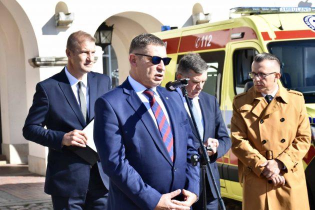 dsc 4335 Poświęcenie i przekazanie nowych ambulansów oraz wręczenie odznaczeń medykom [ZDJĘCIA]