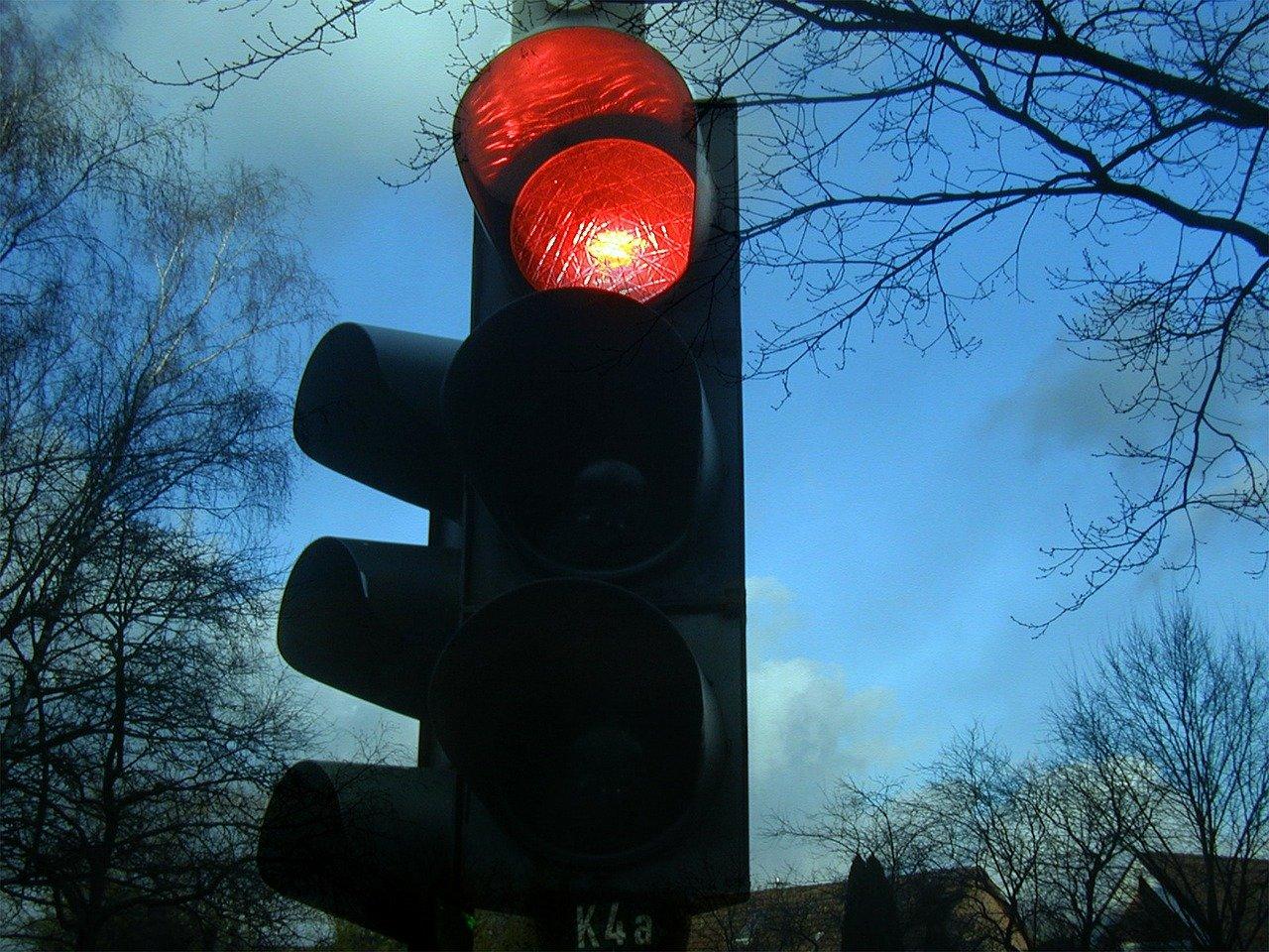 traffic light g5517167a5 1280 Z promilami wracał z imprezy. Usnął za kierownicą czekając na zielone światło